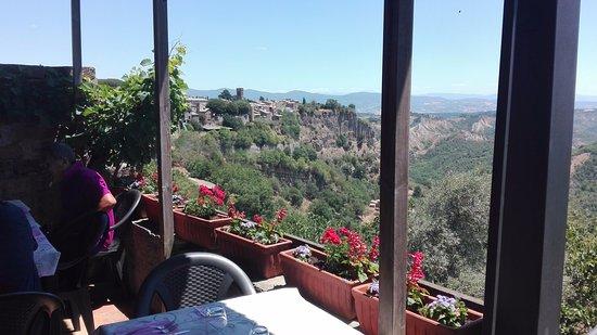 Lubriano, إيطاليا: La magnifica vista dalla terrazza del Vecchio Mulino