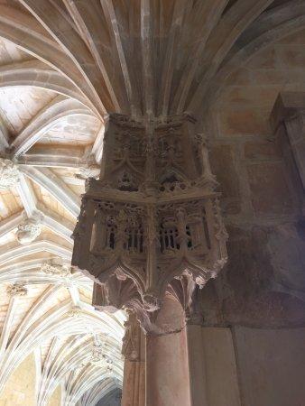 Cadouin, France : Décoration très particulière d'un pilier
