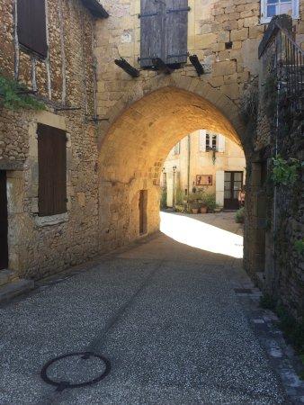Cadouin, France : Beau passage voûté dans le centre ville