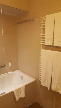 Belle salle de bain lumineuse - Picture of Prestige Hotel Budapest ...