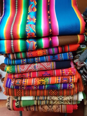Centro Artesanal Cusco: Tecidos coloridos