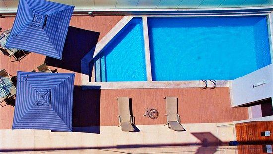 Vista de cima da área da piscina adulta e infantil do Marano Hotel