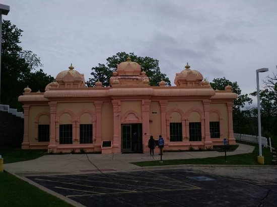Lemont, IL: A small hall with a Vivekananda statue, outside the temple.