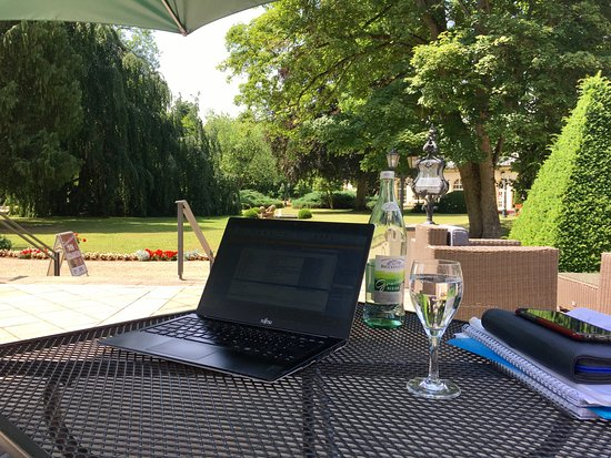 Schlosshotel Bad Neustadt: Hotel office with view on the park