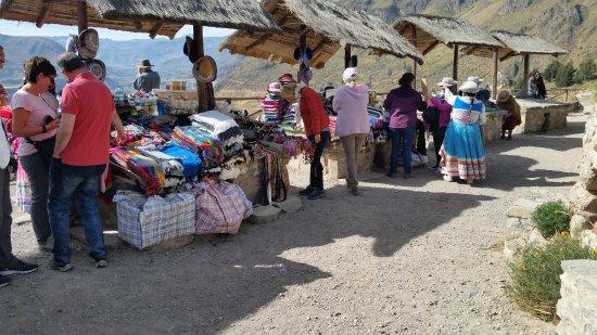 Cabanaconde, Perù: Ook hier de onvermijdelijke winkeltjes ditmaal zsuvenirs en warme kleding