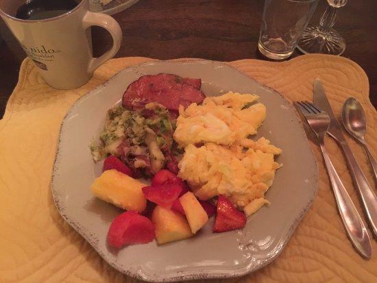 Driftwood, TX: Scrambled eggs, potato medley, ham and fresh fruit. 2 thumbs up!!