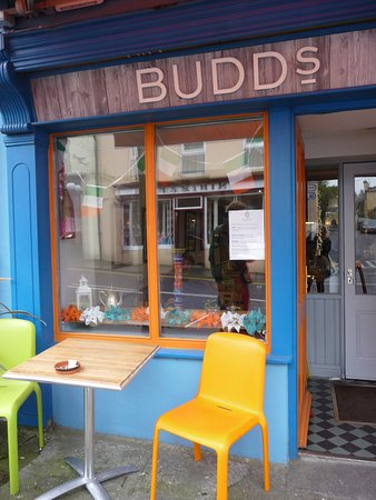 Ballydehob, Ирландия: Quirky chairs outside