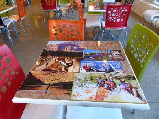 ذا جونزو إن: Funky fun tables!