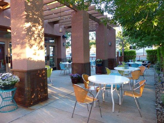 ذا جونزو إن: Outside breakfast area.