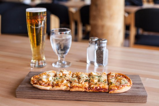 Langford, แคนาดา: Flatbread pizza complete with a Steamworks Pale Ale