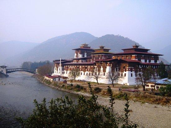 Punakha Dzong: The largest & beautiful Dzong in Kingdom of Bhutan located in Punakha.