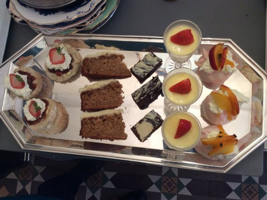 Dolgellau, UK : Cake and dessert selection