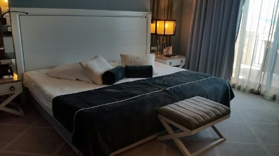Grande Real Villa Italia Hotel & Spa: Grand king-size bed!