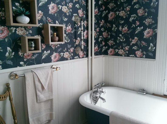 Au Manoir de Levis - Gite le Rosier: clawfoot bathtub, there is a separate shower also