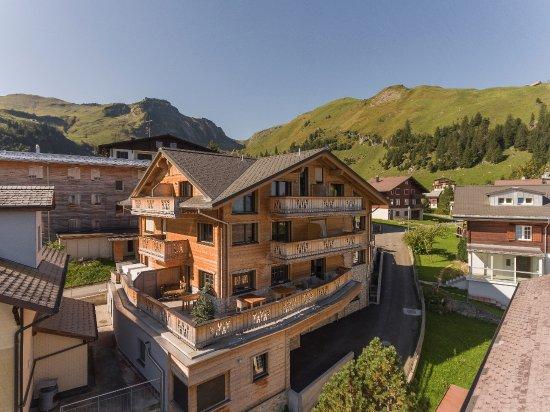 Stoos, Szwajcaria: Vorderansicht Hotel mit Terrasse