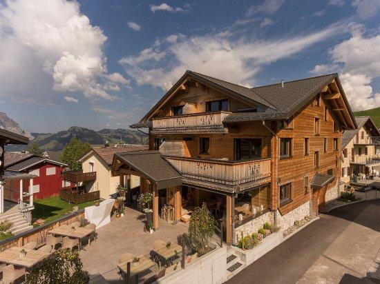 Stoos, Szwajcaria: Eingangsbereich Hotel Restaurant mit Terrasse
