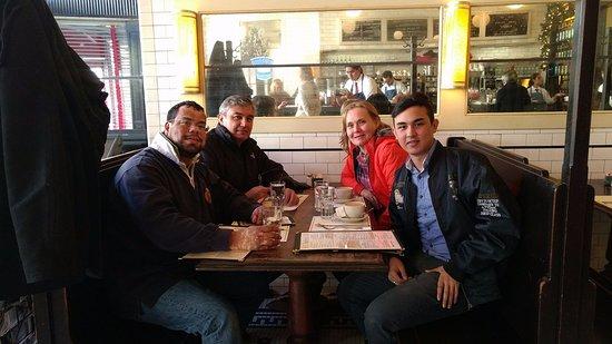 Raymond's: Muy gentil el mesero mexicano al tomarnos esta foto en el restaurante