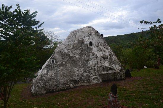 Le Tombeau des Caraibes: Rocher du tombeau des Caraibes