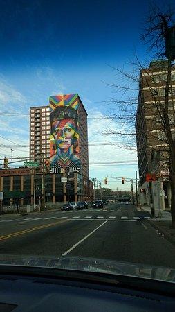 Imagen gigante del cantante ingles David Bowie en la pared externa del edificio