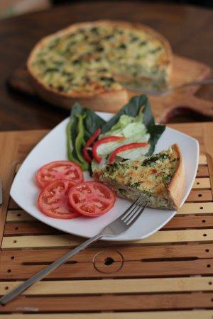 Vicuna, Cile: Nuestros quiches de verdura, pollo o atún con verduras frescas y quesos de la zona.