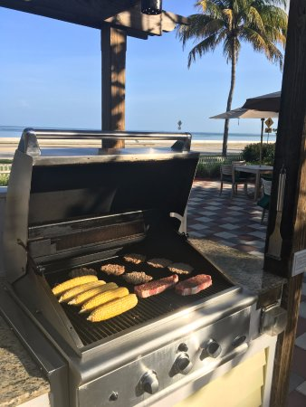 Hyatt Windward Pointe: Nice BBQ area. I wish it looked like that when I cooked at home!