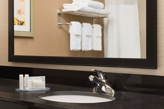 Fairfield Inn & Suites Hartford Manchester: Guest bathroom with complimentary toiletries and fresh, fluffy towels.