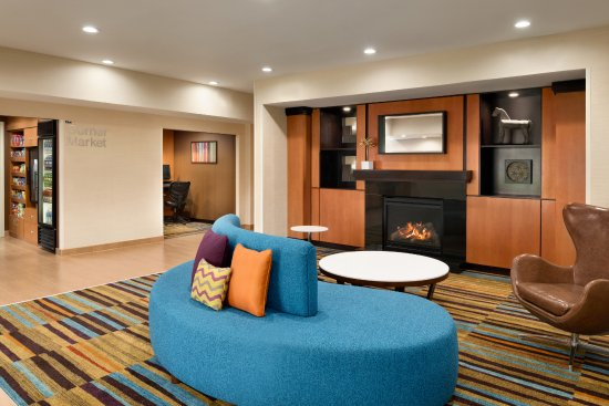 Fairfield Inn & Suites Hartford Manchester: Lobby Seating Area with Fireplace