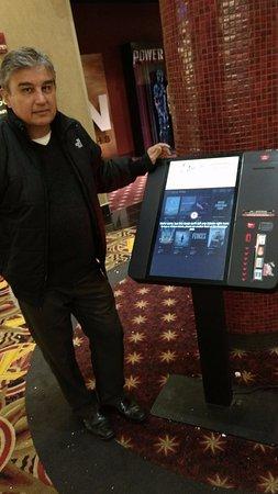 Paramus, NJ: Maquina para autoservicio en la compra de entradas a cine