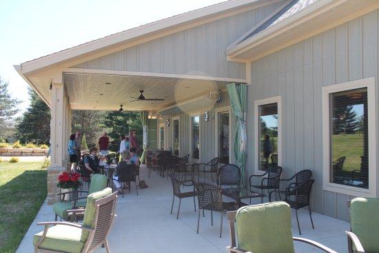Waunakee, Ουισκόνσιν: Drumlin Ridge Winery - Outdoor Sitting Area