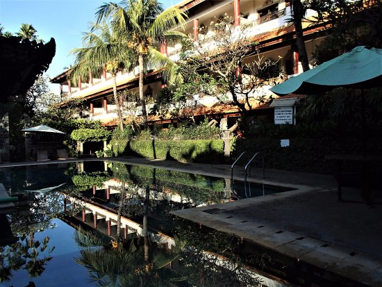 Bakung Sari Resort and Spa : REFLECTIONS IN COOL POOL