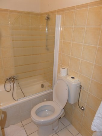 Anis Hotel : Badkamer voorzien van Bad, toilet, Fohn en een wastafel met spiegel
