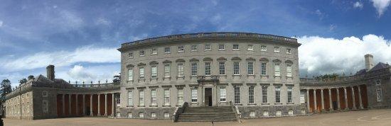County Kildare, Irland: stark but impressive entry court yard