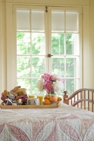Middlebury, VT: Breakfast in bed on a sunny morning!