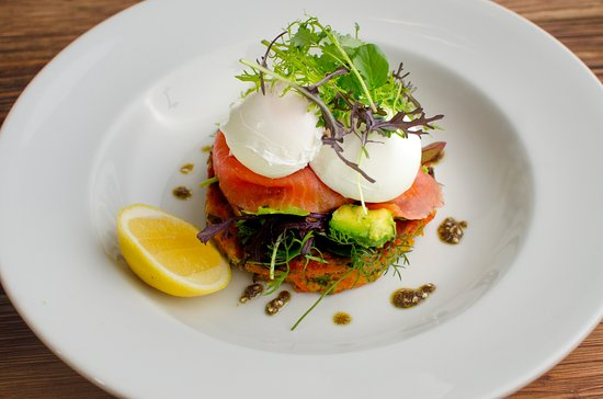 St Leonards, Australien: Tasmanian Smoked Salmon & Poached Eggs on Sweet Potato Rosti