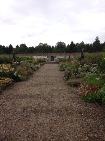 Glamis, UK: Le château et l'un de ses jardins.