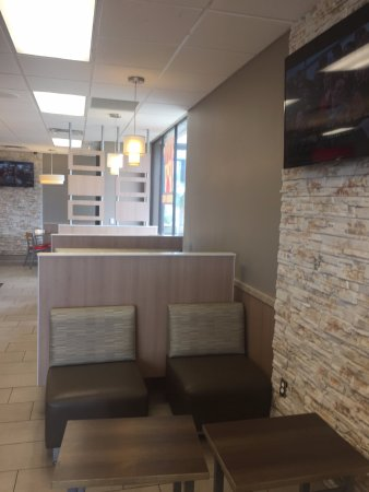 Roseville, MN: Nice rock wall and seating area
