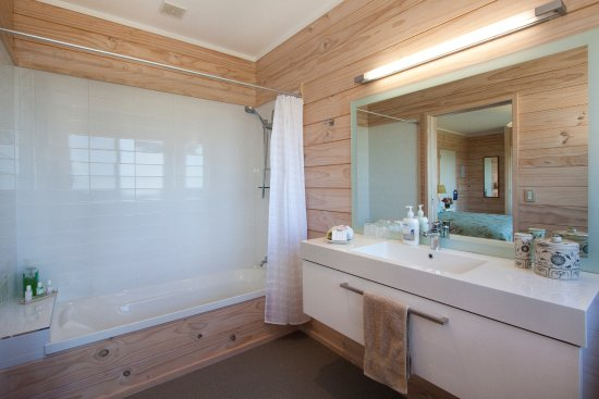 Katikati, New Zealand: Matakana Room en suite has a shower and bath.