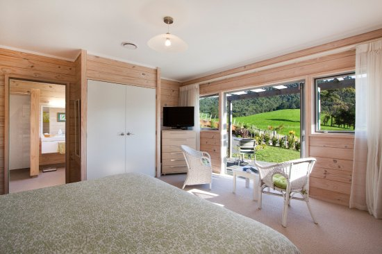 Katikati, Selandia Baru: Kaimai Room has twin beds and views to the Kaimai Mamaku National Park bush clad hills.
