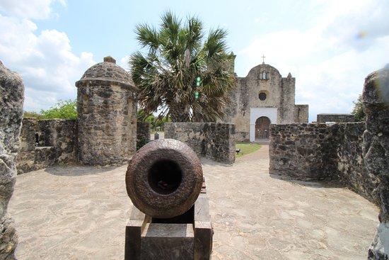 Goliad, TX: canon protecting the church