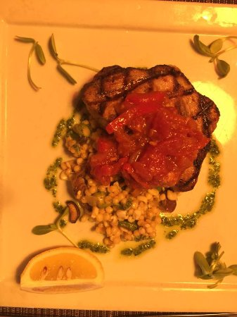 Duck, Carolina del Nord: Lighting is pretty poor, but this was the tuna steak special. Delish!!