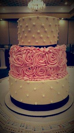 Elmhurst, IL: Customized Wedding Cake