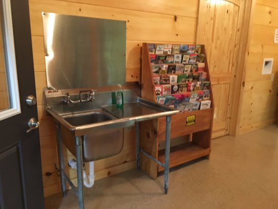 Linville Falls Campground RV Park & Cabins: Nice sink in Laundry room to wash out dishes if tent camping