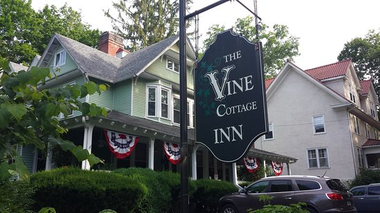 Vine Cottage Inn: Front of property