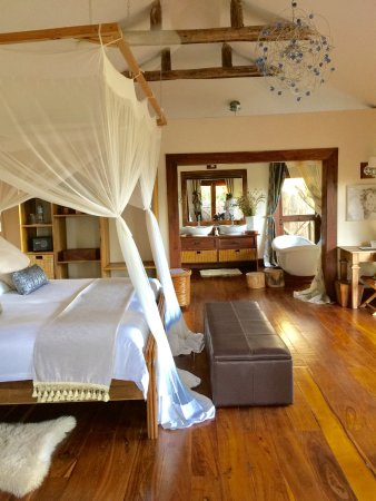 Escarpment Luxury Lodge: Bedroom & Bathroom