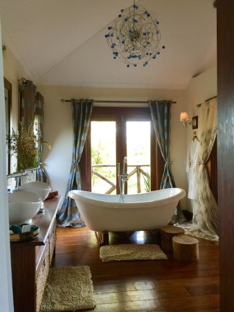 Escarpment Luxury Lodge: Large Indoor Free-Standing Tub