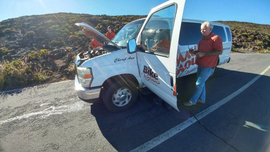 "Paia, Χαβάη: The ""Cheryl Ann"" van broken down and dented! Poor shape!"