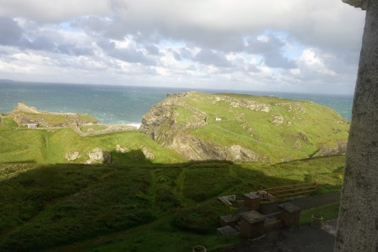 Camelot Castle Hotel: Looking down at the ruins of Tintagel Castle