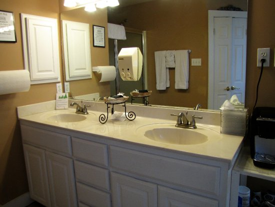 Biscuit Hill Bed & Breakfast Inn: Caaptain's Bay Master Suite