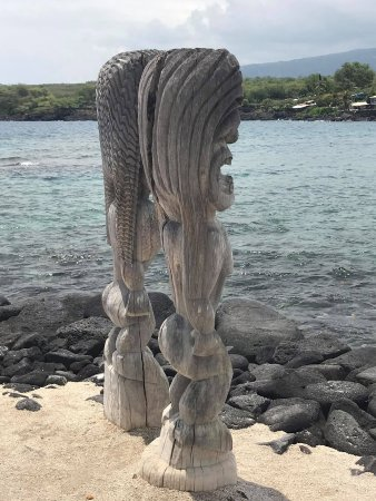 Honaunau, HI: Man and woman tikis watch out for invaders