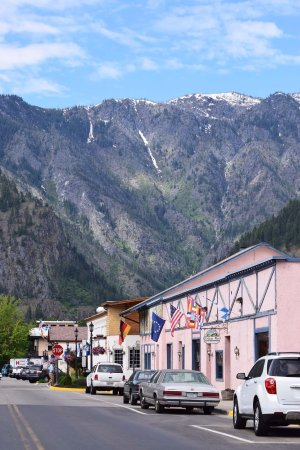 Obertal Inn : The view of the mountains from outside the hotel on the street.
